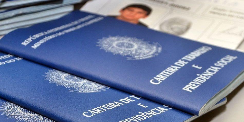 Como Funciona a Carteira de Trabalho no Brasil A carteira de trabalho também conhecida como CTPS pode ser tirada a partir dos 14 anos, já que a legislação trabalhista prevê a possibilidade de contrato de aprendizes, sob condições diferenciadas. Para tirar a CTPS, basta procurar um dos postos da Superintendência Regional do Trabalho e Emprego.